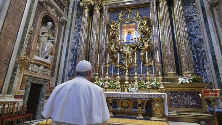 """Папа Франциск возносит молитвы Пресвятой Богородице перед иконой """"Спасение народа римского"""" (Vatican Media)"""