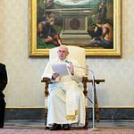 На общей аудиенции Папа Франциск назвал молитву «оазисом возрождения в пустыне ненависти»